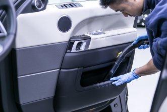 02-car-detailing-interior-vacuuming-2-.jpg